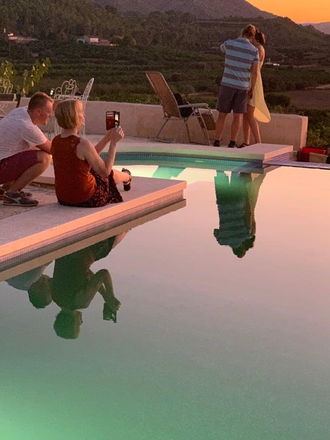 LEKKER UTSIKT: Det spanske landskapet og det blikkstille vannet i bassenget på villaen lokket frem kameraene hos de ansatte i bspoke. Og ikke bare én gang.